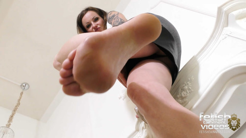 Lady Ivy Insomnia kicks you with her bare feet - FULL HD WMV