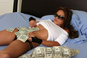 Kyra-Covered-In-Cash--56xhtgizrb.jpg