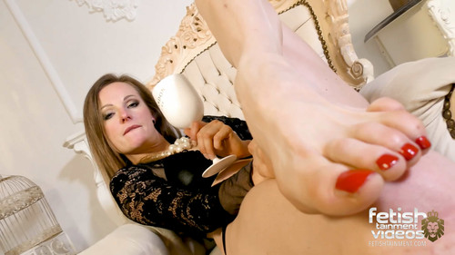 Lady Ivy Insomnia's sexy big feet - FULL HD WMV