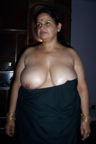 Bangalore old woman showing xxxbooms