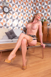 Holly Kiss - Laying the table w7be2i37e2.jpg