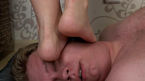 Anna - summer barefoot trampling Full HD
