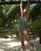 Sophie-Turner-%28Game-of-Thrones%29-sexy-swimsuit-pics-w6s8i71fd6.jpg